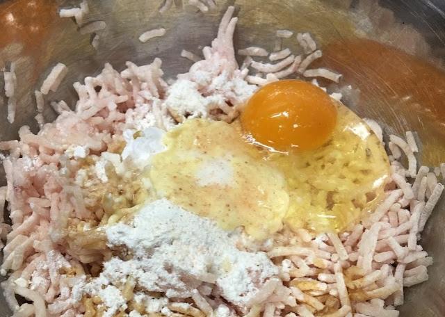 ②鷄ひき肉と調味料を混ぜ合わせる。