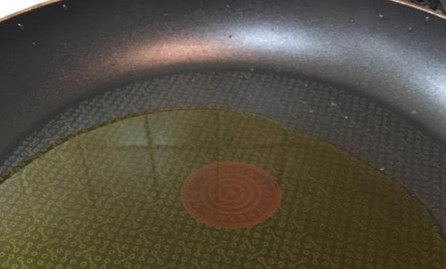 ③フライパンで焼き揚げる。