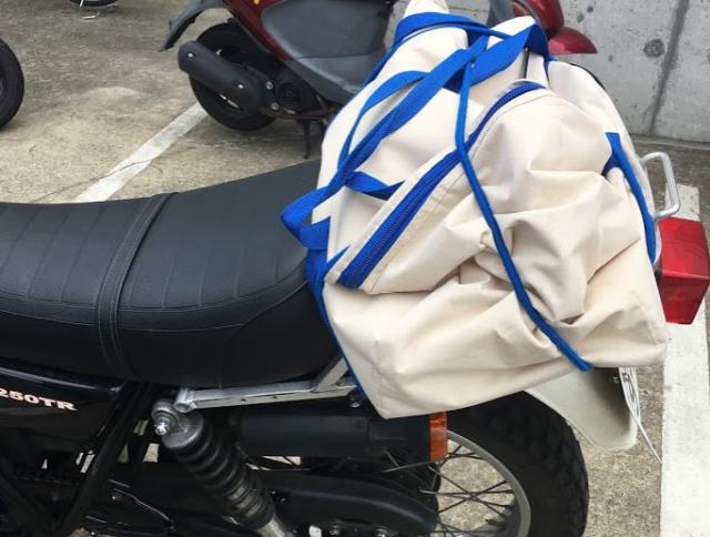 購入品をバイクに積んで帰ります
