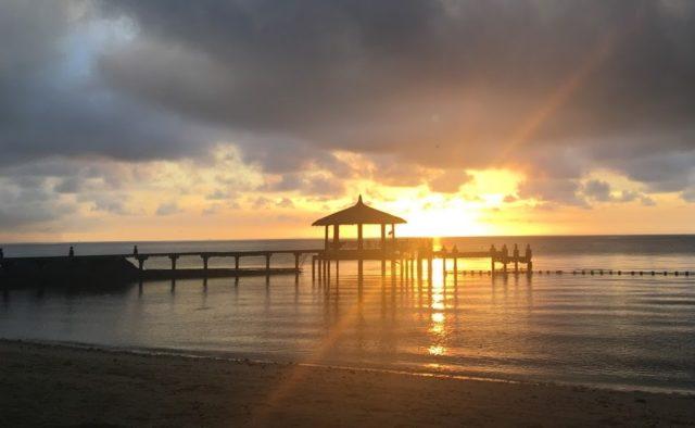 プルクラのプライベートビーチの朝焼け