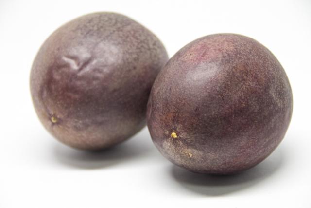 南国の果物「パッションフルーツ」の食べ方や味、食べ頃について